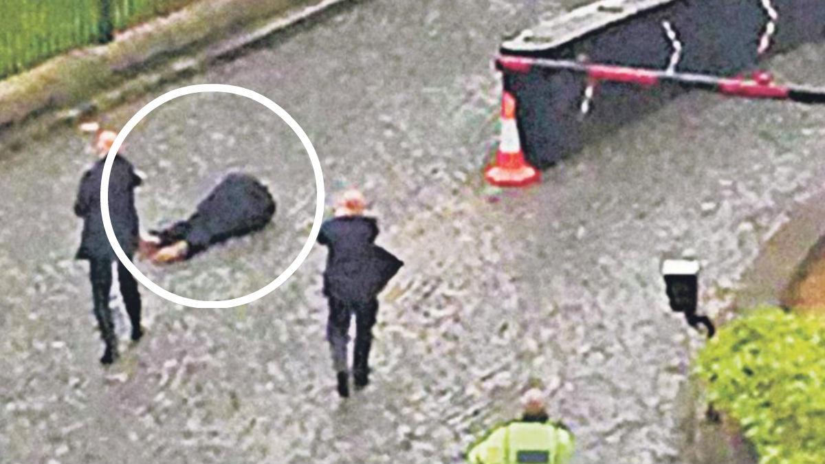 Khalid Masood en el suelo segundos después de ser abatido por un agente de policía británico. Foto: The Sun