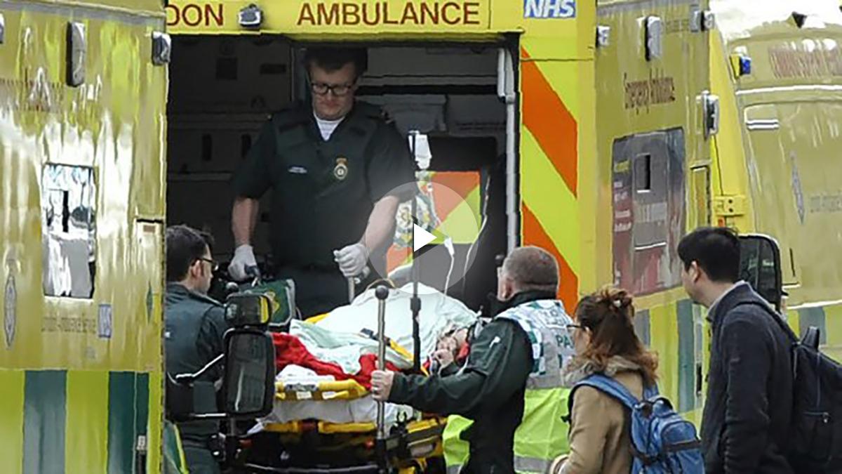 Uno de los heridos del ataque terrorista en Londres es trasladado en ambulancia (Foto:AFP)