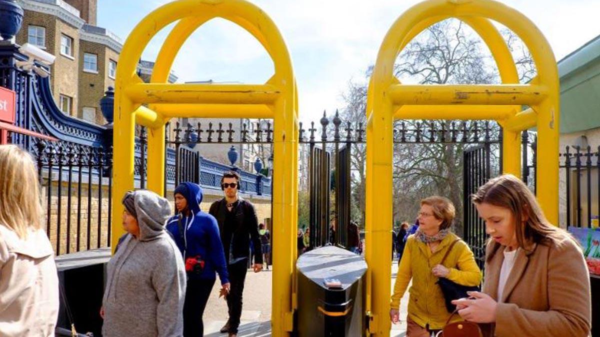 Grandes bolados amarillos instalados en torno a Buckingham Palace