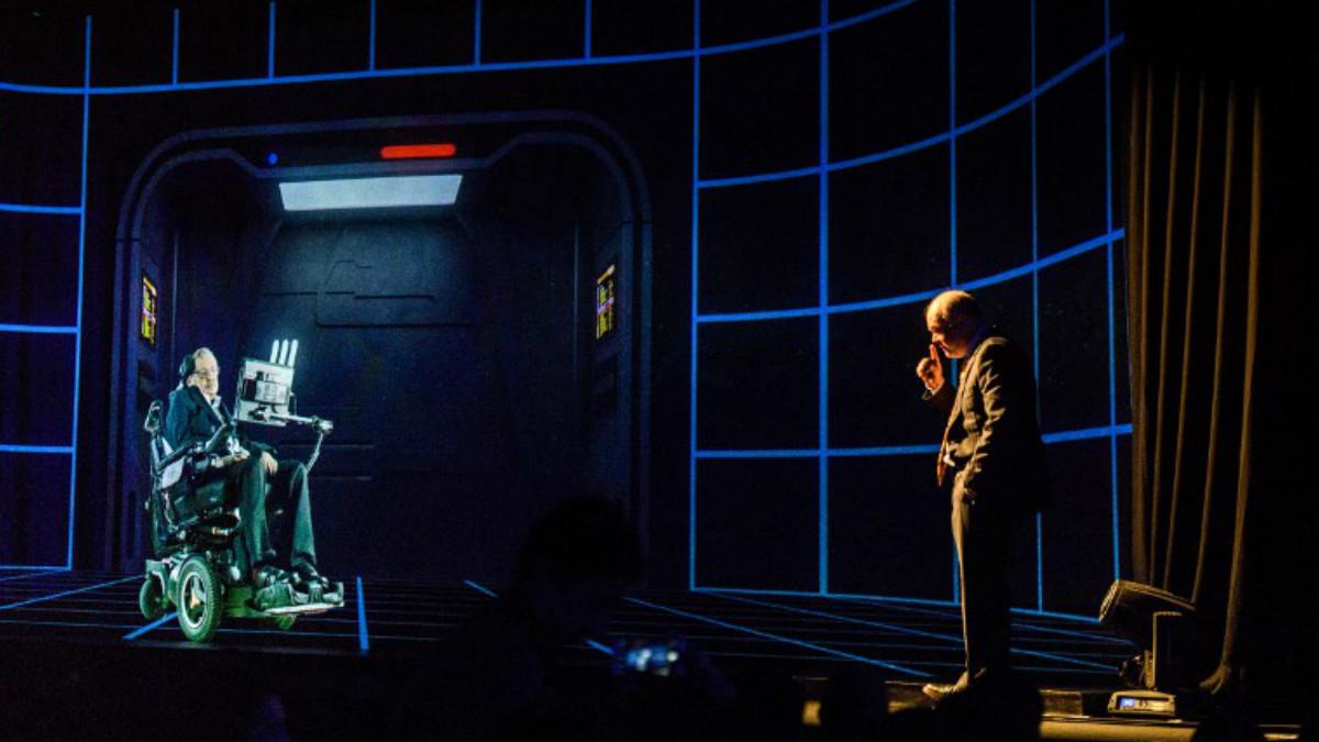 Stephen Hawking dió una conferencia en Hong Kong mediante la tecnología del holograma. Foto: AFP