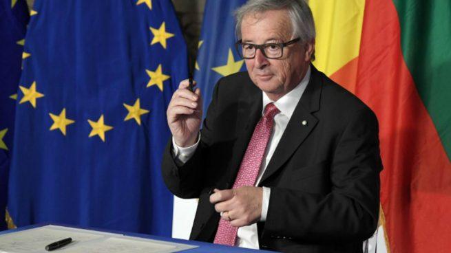 Jean-Claude Juncker firma la declaración de Roma junto con el resto de los 27 líderes de la Unión Europea en Roma. Foto: AFP