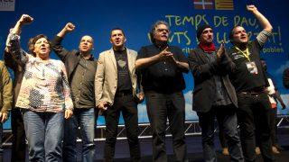 Arnaldo Otegi, en el acto celebrado en la antigua fábrica Fabra i Coats junto a  Gabriela Serra (CUP), Joan Tardà (ERC), Lluís Llach y David Fernández (CUP). (Foto: EFE)