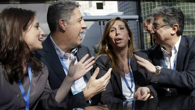 El candidato a la presidencia del PPC, Xavier García Albiol, junto a la actual presidenta del partido, Alicia Sánchez Camacho (2d), la vicesecrretaria nacional del PP, Andrea Levy (i), y el delegado del Gobierno en Cataluña, Enric MIllo (d). Foto: EFE
