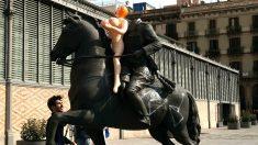 Colocan una muñeca hinchable en la estatua decapitada de Franco, en la última exposición organizada por Ricard Vinyes (Foto: EFE).