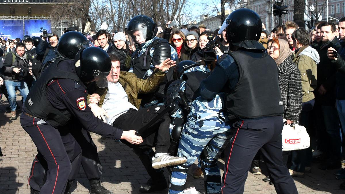 La policía detiene a un hombre durante la protesta (Foto: AFP).