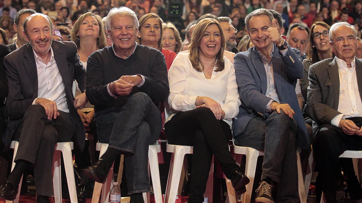 Alfredo Pérez Rubalcaba, Felipe González, Susana Díaz y José Luis Rodríguez Zapatero saludan a los militantes.