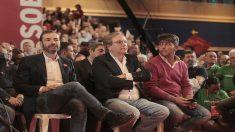 Tomás Gómez y Antonio Miguel Carmona escuchan la intervención de la candidata socialista. (Foto: Francisco Toledo / OKDIARIO)