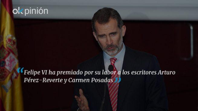Felipe VI habla de periodismo con Arturo Pérez-Reverte