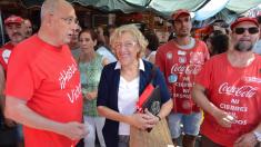 La alcaldesa Manuela Carmena visitando en 2015 el 'Campamento Coca-Cola'. (Foto: AM)