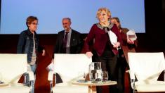 La alcaldesa rodeada de su núcleo duro, Luis Cueto y Puri Causapié. (Foto: Madrid)