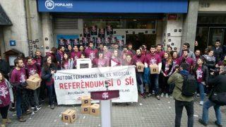 Las juventudes de la CUP, ante la sede del PP de Barcelona.