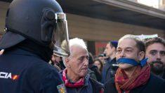 Un manifestante se encara a un policía por la Ley Mordaza.
