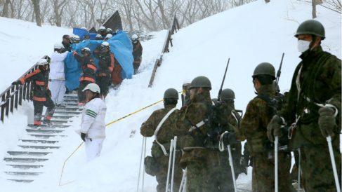Militares llegan a la estación de Nasu (Japón) para trabajar en el rescate de los estudiantes. (AFP)