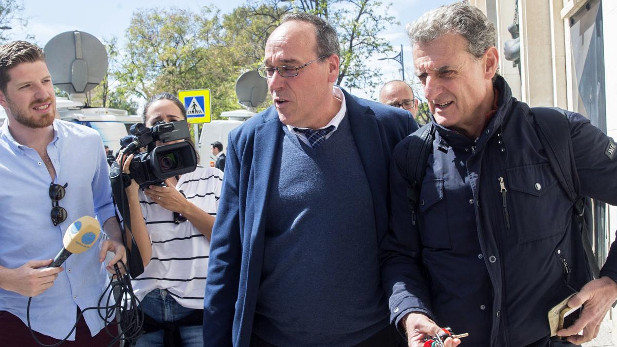 Los arquitectos Salvador Ángel Aledo (d) y Mariano Alegría Pellicer (c), peritos contratados por la defensa de Pedro Antonio Sánchez. (Foto: EFE)