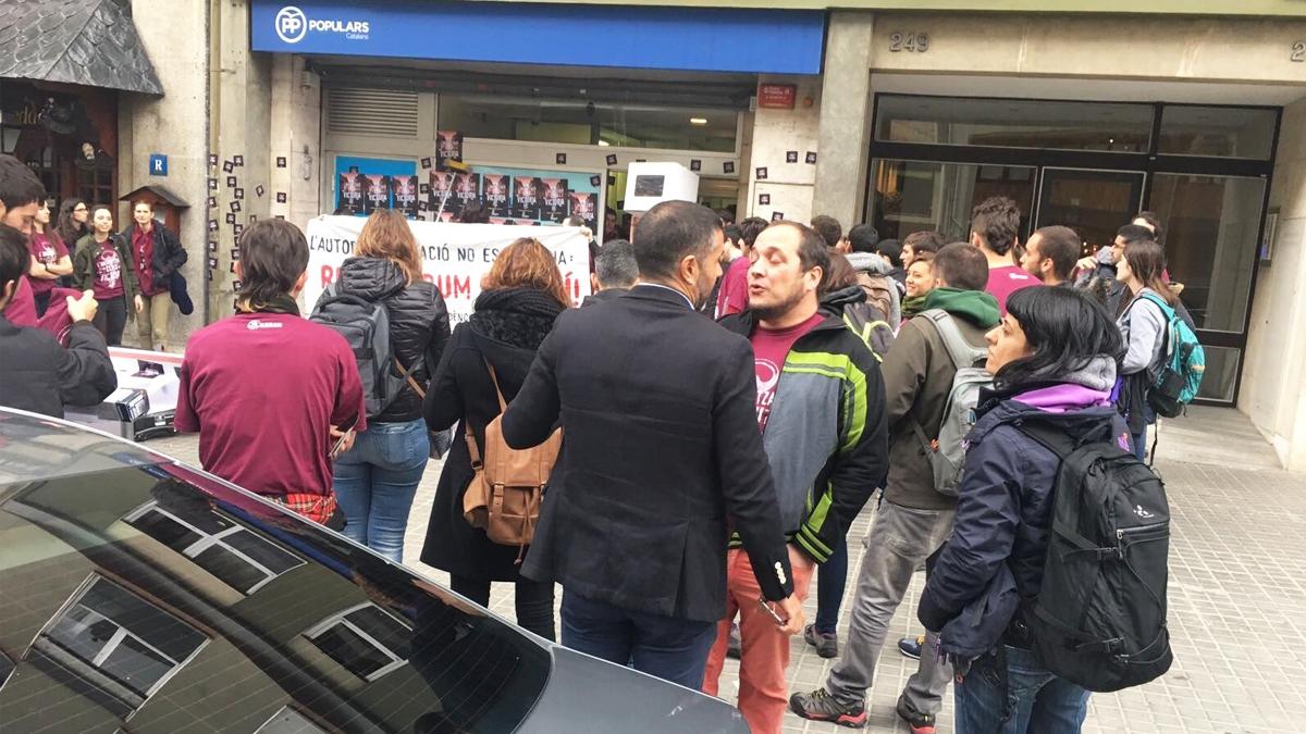 David Fernández y Anna Gabriel entre los asaltantes de Arran (juventudes de la CUP) a la sede del PP en Cataluña. (Foto: EFE)