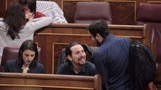 Alberto Garzón habla con Pablo Iglesias.