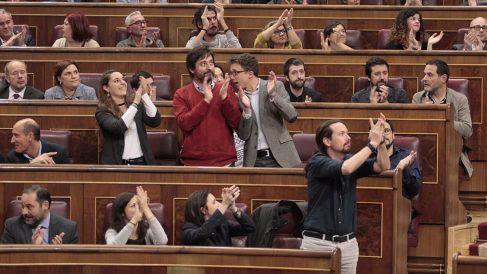 La bancada de Unidos Podemos aplaude el resultado de la votación. (Foto: Francisco Toledo / OKDIARIO)
