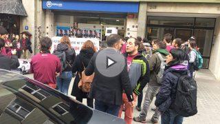 David Fernández y Anna Gabriel entre los asaltantes a la sede del PP en Cataluña. (Foto: EFE)