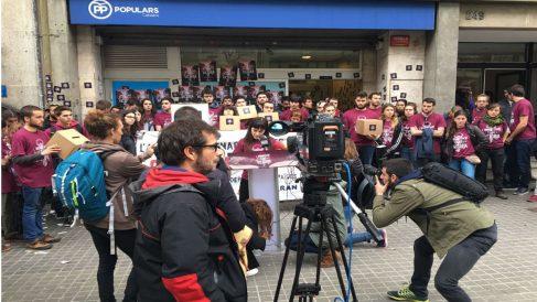 Miembros de la CUP, en el asalto de este lunes a la sede del PP en Barcelona.