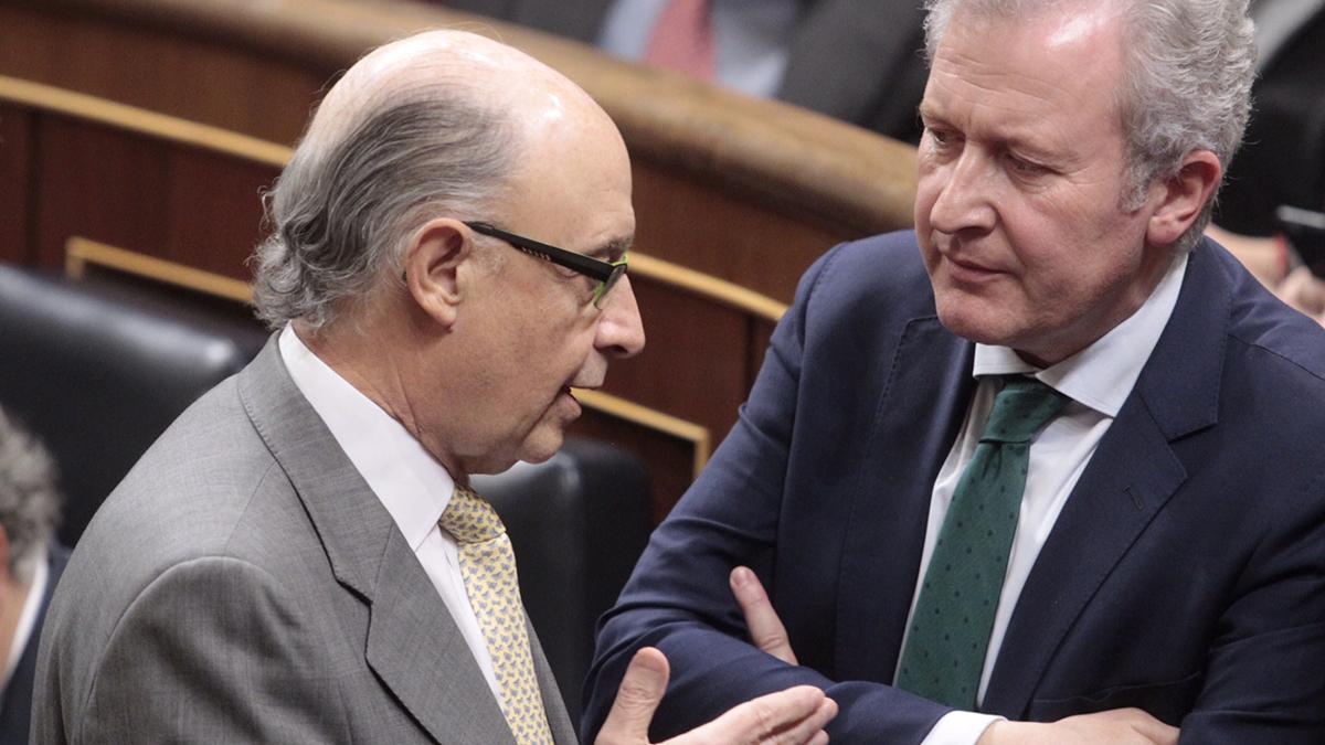 Cristóbal Montoro con el diputado de Nueva Canarias, Pedro Quevedo. (Foto: Francisco Toledo)