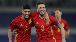Marco Asensio celebra con Saúl el tanto del colchonero