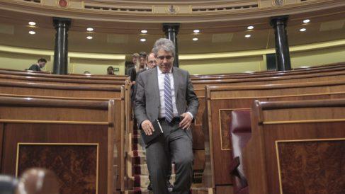 Francesc Homs, bajando de su escaño. (Foto: Francisco Toledo)