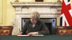 Theresa May firma la carta que activa el Brexit (Foto: AFP)