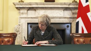 Theresa May firma la carta que activa el Brexit (Foto: AFP)