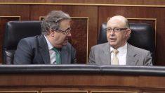 El ministro de Hacienda, Cristóbal Montoro, conversa con el de Interior, Juan Ignacio Zoido. (Foto: Francisco Toledo)