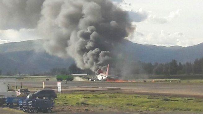 Se incendia un avión tras un aterrizaje accidentado en Perú y evacúan a tiempo a los 141 pasajeros