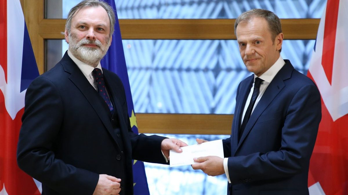 Donald Tusk recibiendo la carta de Theresa May para activar el 'Brexit' (Foto: Getty)