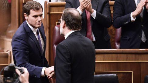 Albert Rivera estrecha la mano a Mariano Rajoy. (Foto: AFP)