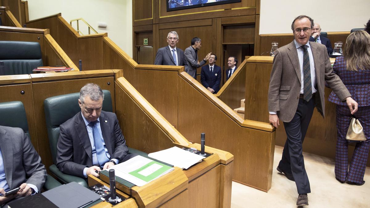 Alfonso Alonso en el Parlamento Vasco, con Iñigo Urkullu en su escaño. (Foto: EFE)