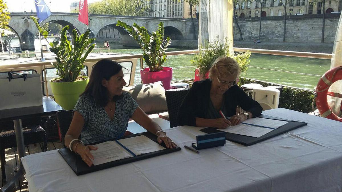 La alcaldesa de París, Anne Hidalgo, y la de Madrid, Manuela Carmena. (Foto: Madrid)