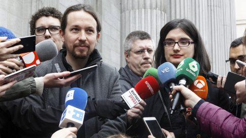 Pablo Iglesias junto a la tuitera Cassandra Vera y el humorista Facu Díaz. (Foto: EFE)