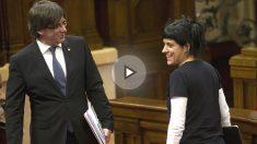 Carles Puigdemont habla con la diputada de la CUP Anna Gabriel. (Foto: EFE)