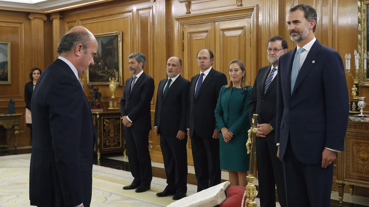 El ministro de EconomÌa, Industria y Competitividad, Luis de Guindos, jura su cargo ante el Rey. (Foto: EFE)