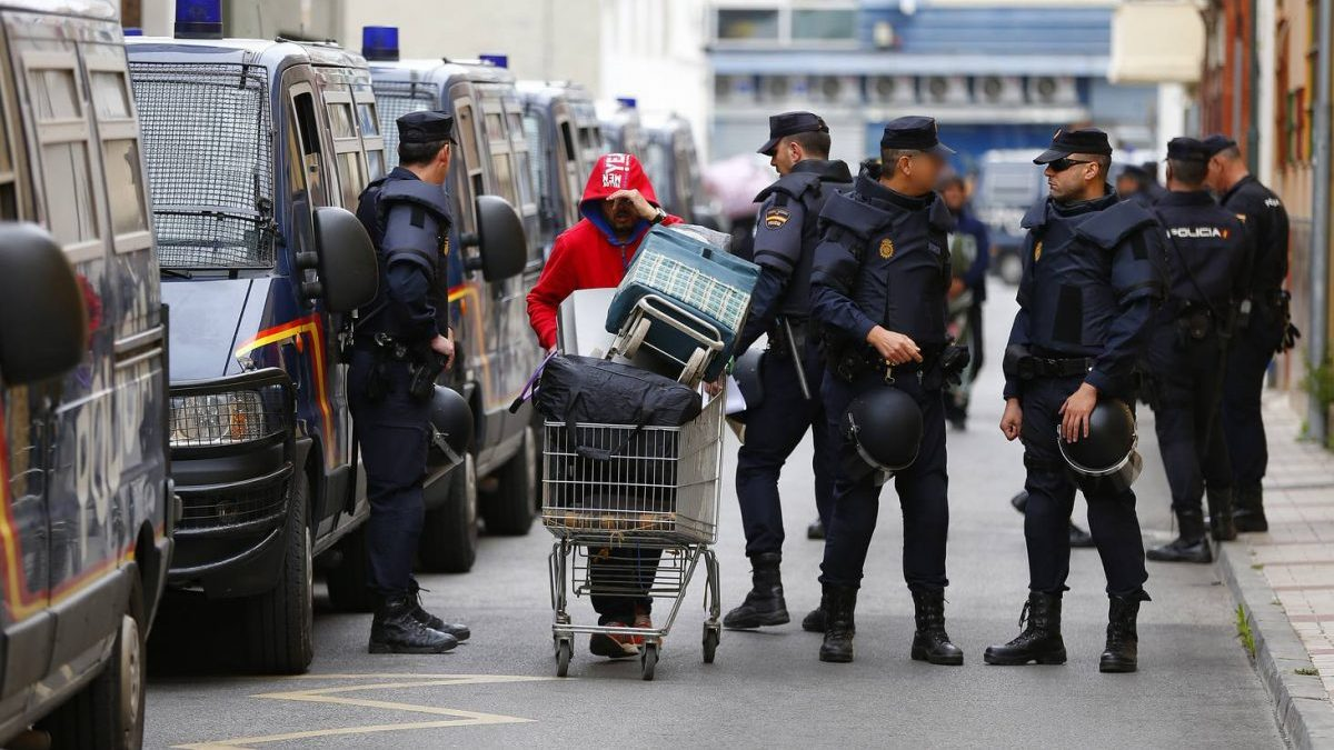 Un grupo de okupas siendo desalojados (Foto: EFE)