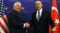 El secretario de Estado de EEUU, Rex Tillerson, con el ministro de Exteriores turco, Mevlut Cavusoglu. (AFP)