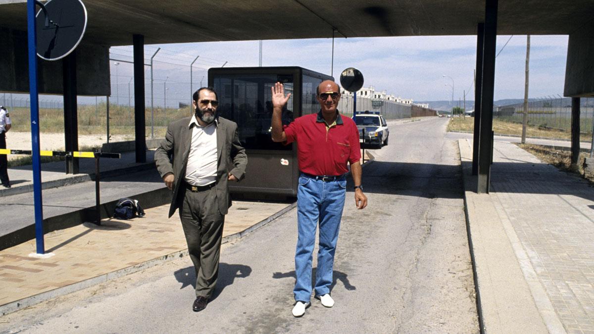 Rodríguez Menéndez a la salida de la prisión de Alcalá Meco junto a su defendido El Dioni. (Foto: EFE)