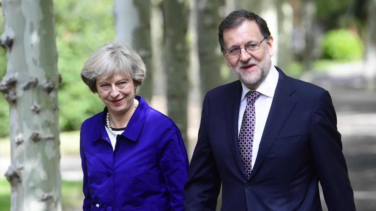 Theresa May y Mariano Rajoy pasean por los jardines del Palacio de La Moncloa. (Foto: AFP)