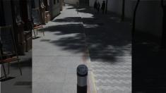 Bolardos con el escudo de Madrid en una localidad cercana a Sevilla. (Foto: TW)