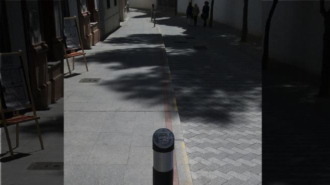 Aparece un bolardo del Ayuntamiento de Madrid instalado en Tomares (Sevilla)