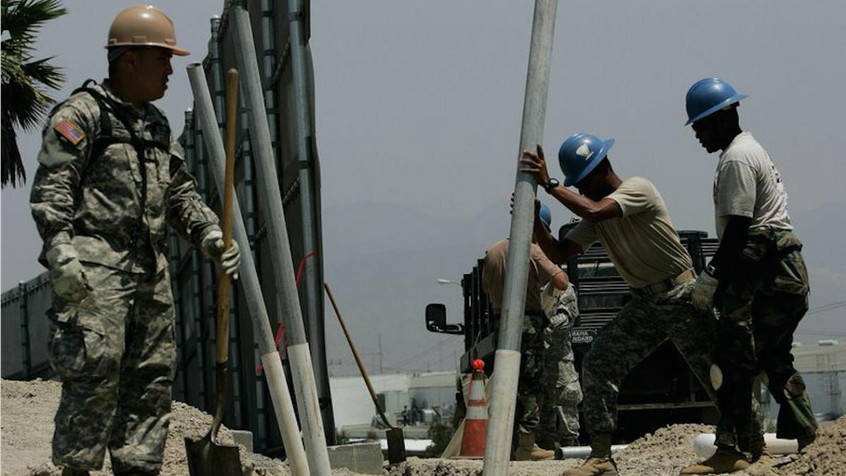 Miembros de la Guardia Nacional construyendo el muro en California en 2006 Foto: Getty