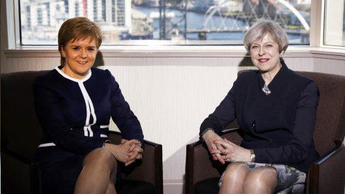 La ministra principal de Escocia, Nicola Sturgeon, y la primera ministra británica, Theresa May. (Foto: AFP)