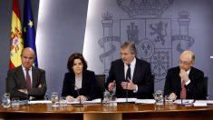 Luis de Guindos, Soraya Sáenz de Santamaría, Íñigo Méndez de Vigo y Cristóbal Montoro (Foto: EFE)