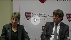 El presidente de la Generalitat, Carles Puigdemont, hace el ridículo en Harvard (Foto: Youtube)