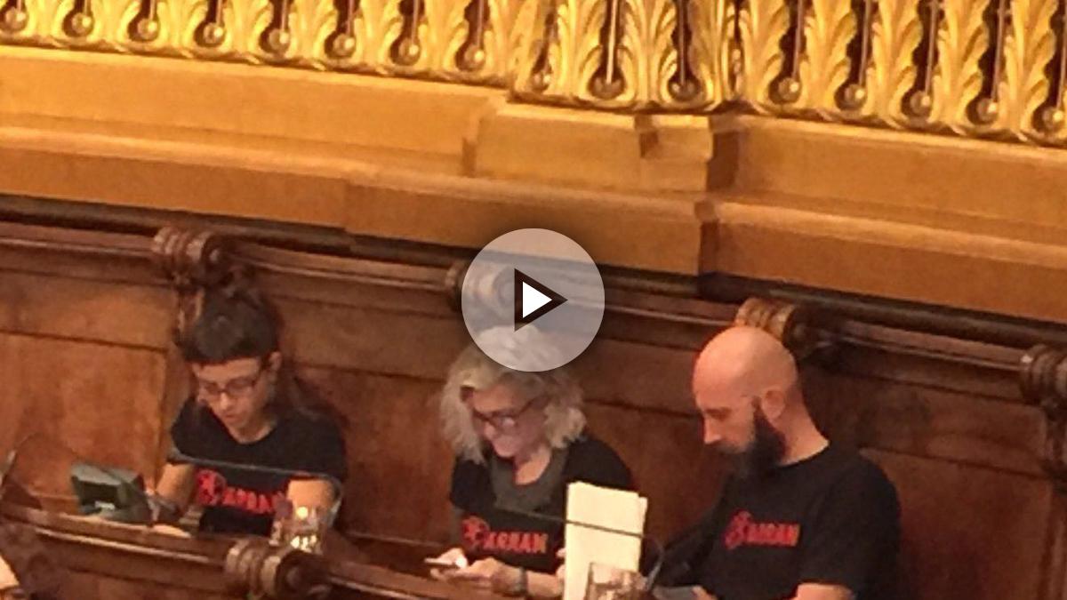 Los concejales de la CUP, con camisetas a favor de Arran, que asaltó la sede del PP en Barcelona.