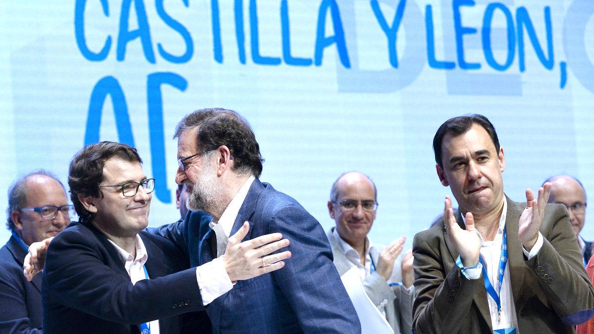 Rajoy felicita a Mañueco en presencia de Maillo (Foto: Efe).