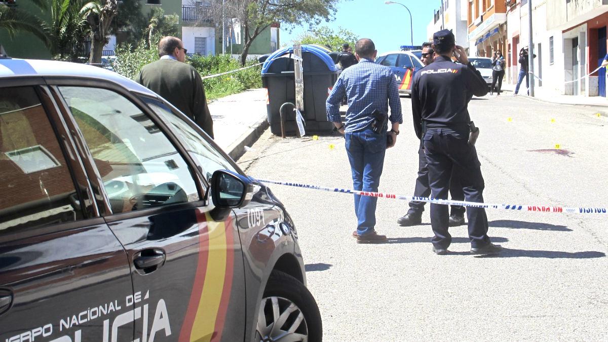 Agente de la Policía en la calle donde se produjo el tiroteo (Foto: Efe).